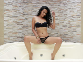 Voir le liveshow de  LucianaSexy de Xlovecam - 29 ans - My name is luciana, i am Colombian, 32 years old, in this small space i want to write who i am ...