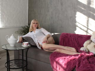 Voir le liveshow de  EllenMoore de Xlovecam - 47 ans - Hi sweetie. I am a mature experienced beauty who is ready to teach you everything that I know.  ...