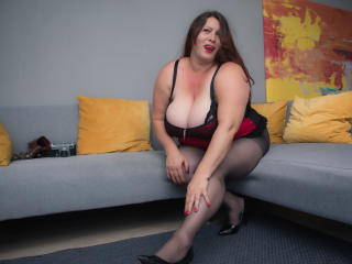 Voir le liveshow de  HairySonia de Xlovecam - 36 ans - Oh sweet temptation, let it invade you, take over all your senses! Watch me play with my big ro ...