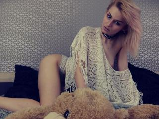 Voir le liveshow de  DaisyFontaine de Xlovecam - 19 ans - Super hot young model, 18 years ! With a super appetite for sex !